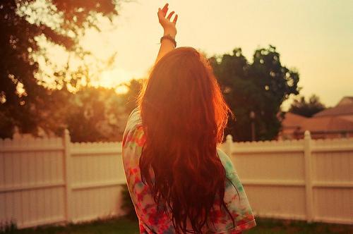 beach-dress-fence-girl-hand-Favim.com-204419